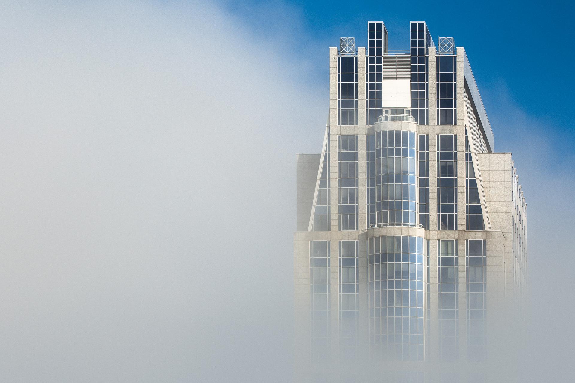 Millenniumtoren Rotterdam in de mist