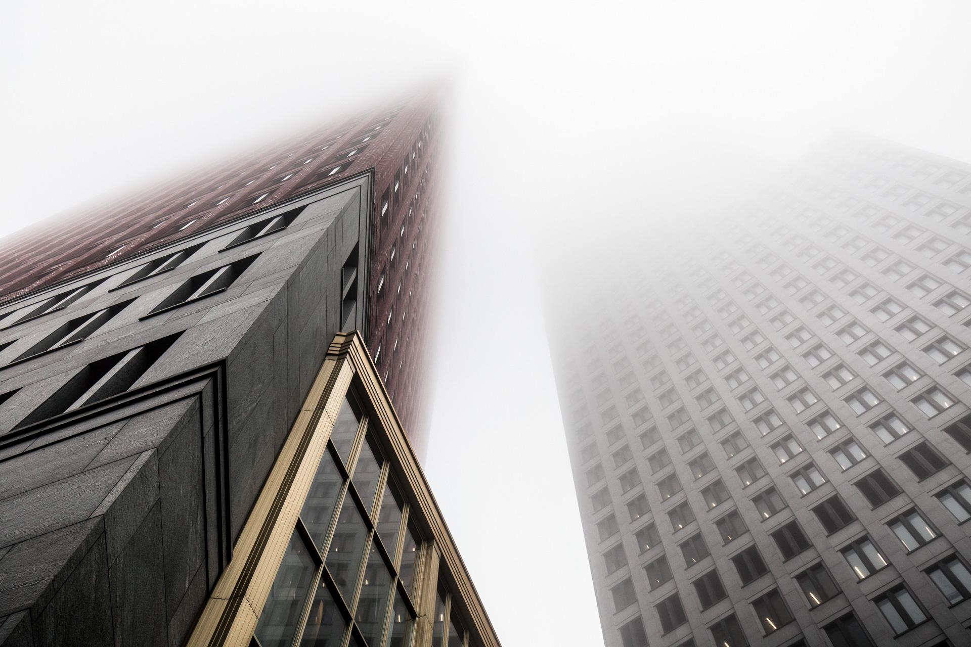 Torens Wijnhavenkwartier Den Haag in de mist