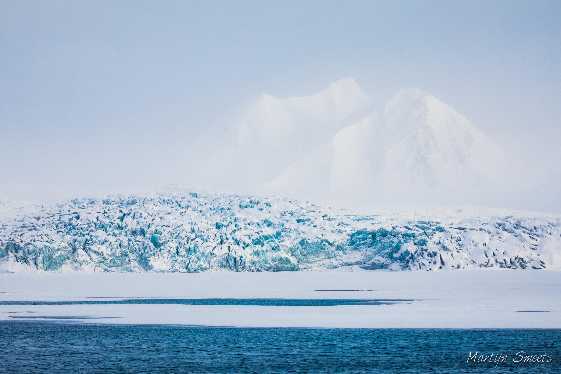 Ochtendnevel boven de Esmarkbreen in Ymerbukta, Spitsbergen