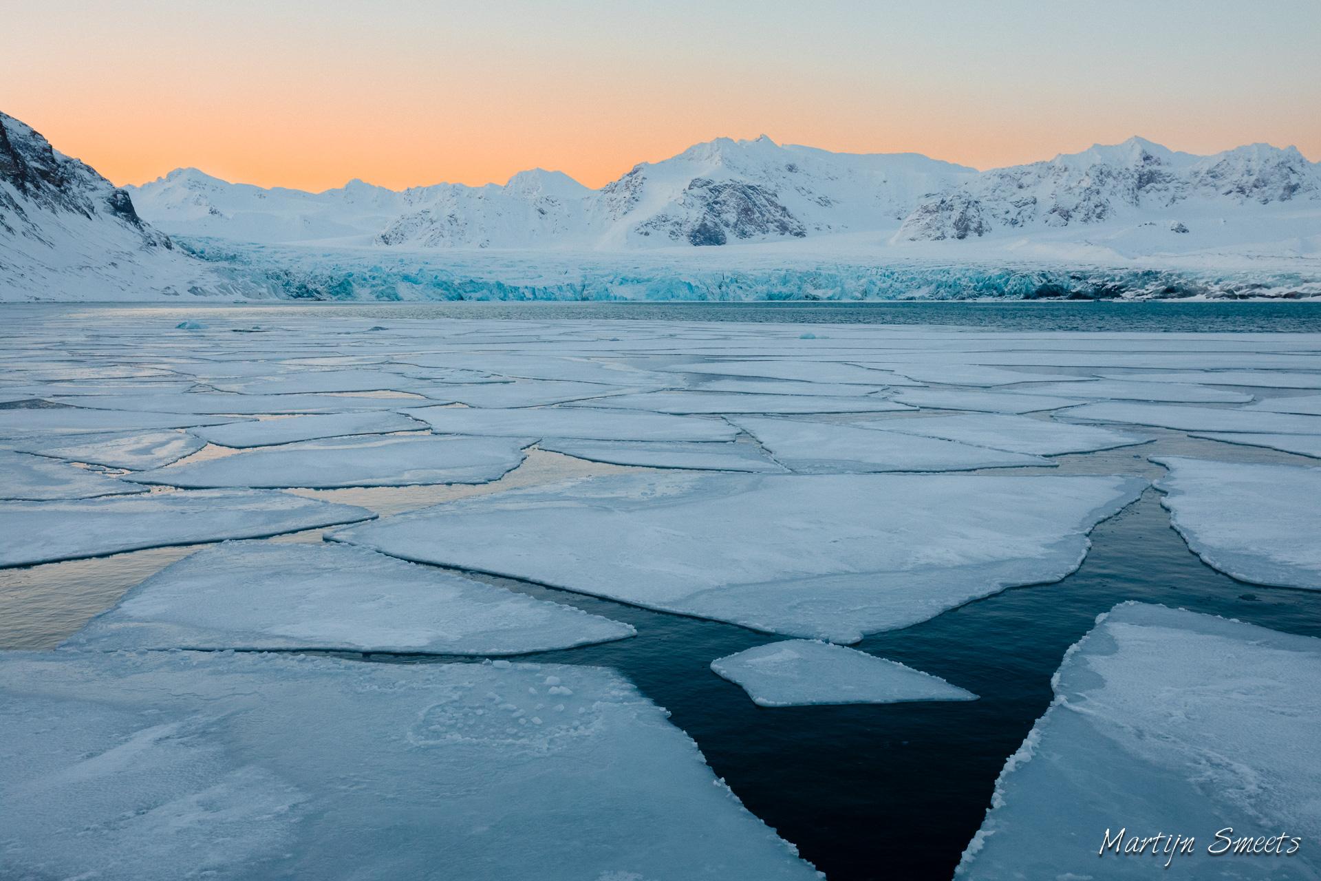 Zonsopkomst boven de Fjortende Julibreen gletsjer, Spitsbergen