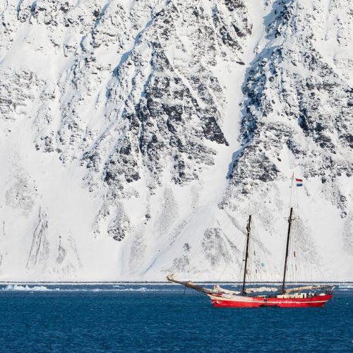 Zeilschip Noorderlicht in Krossfjorden, Spitsbergen