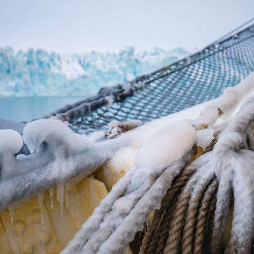 Zeilschip Noorderlicht voor de Lilliehookbreen, Spitsbergen