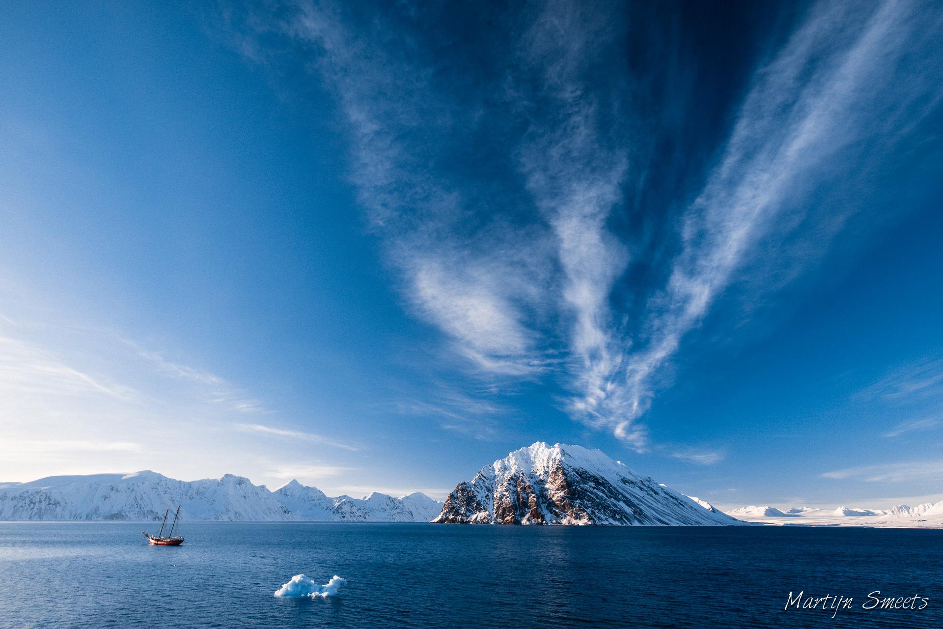 Zeilschip Noorderlicht in de Krossfjorden van Spitsbergen