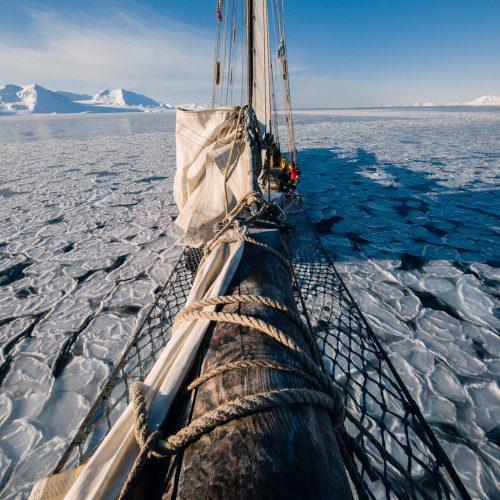 Zeilschip Noorderlicht tussen het ijs in Forlandsundet, Spitsbergen