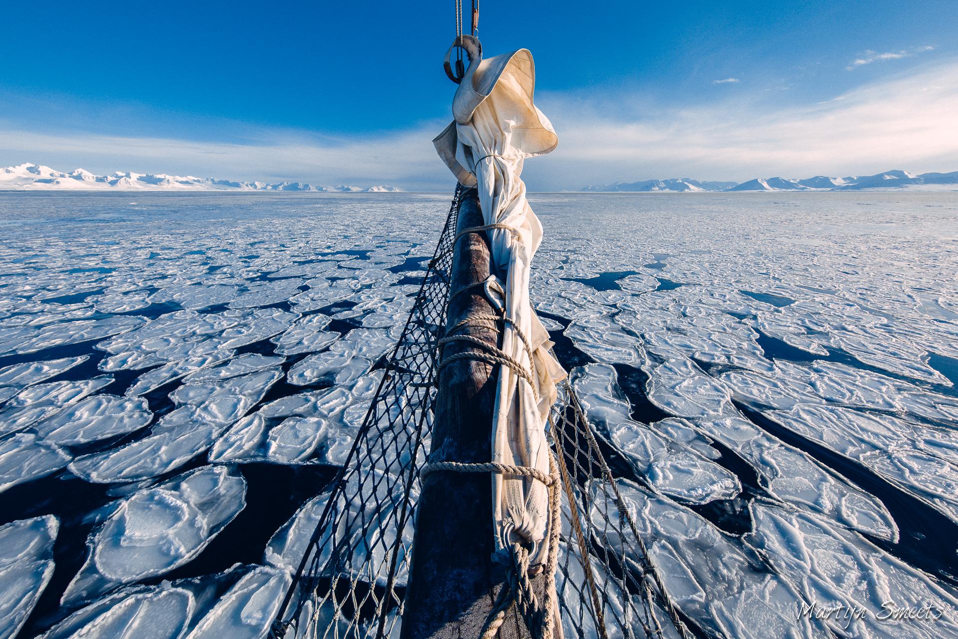 De boegspriet van zeilschip Noorderlicht boven 'pancake ice' in Forlandsundet, Spitsbergen