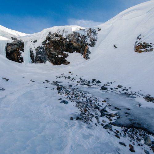Bevroren waterval bij Blomstrandhalvøya, Spitsbergen