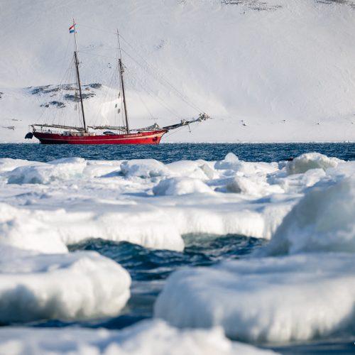 Zeilschip Noorderlicht in de Store Jonsfjorden, Spitsbergen