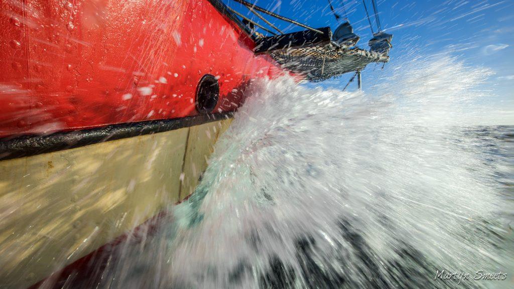 Zeilschip Noorderlicht stampend op de Barentszzee